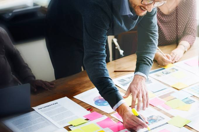 Planejamento em mesa: empreendedores, startup, reunião