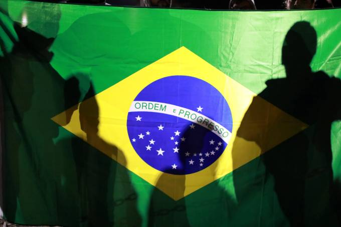 Bandeira do Brasil durante greve geral contra reformas propostas pelo governo Temer, em Porto Alegre