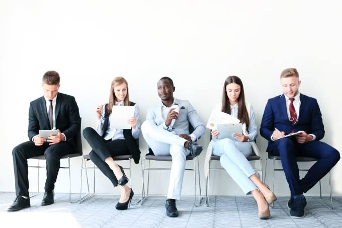 Pessoas esperando entrevista de emprego, candidatos