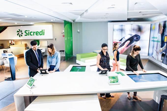 Funcionários da Sicredi, em Porto Alegre (RS)