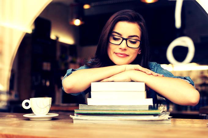 estudante-livros-cafe-