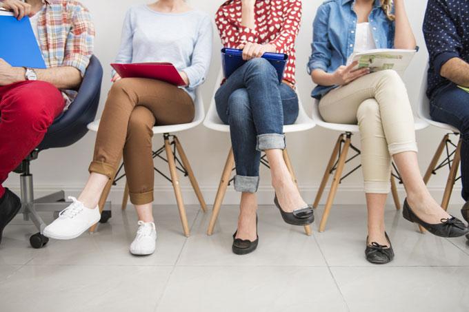 Jovens esperam por entrevista de emprego