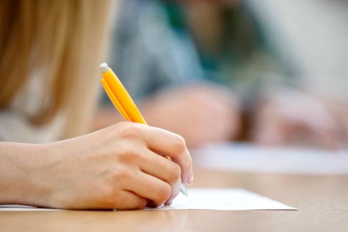 Pessoa escrevendo