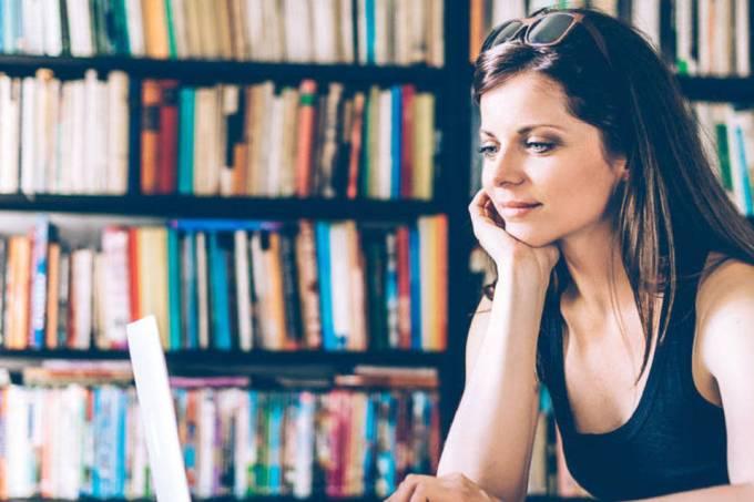 mulher em computador estudando