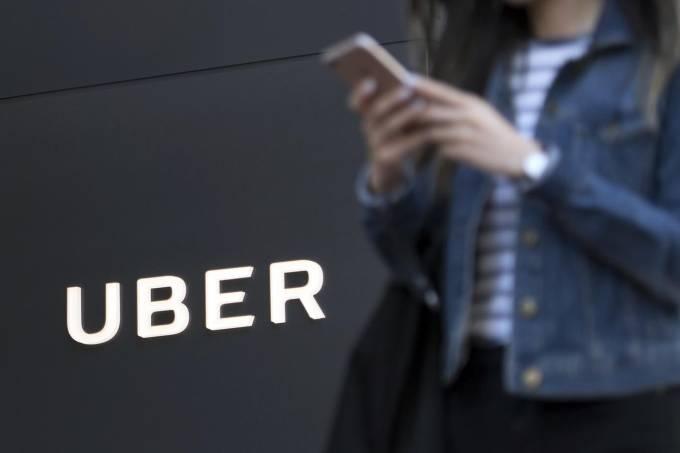 Pedestre passa em frente à sede da Uber, em São Francisco, Califórnia