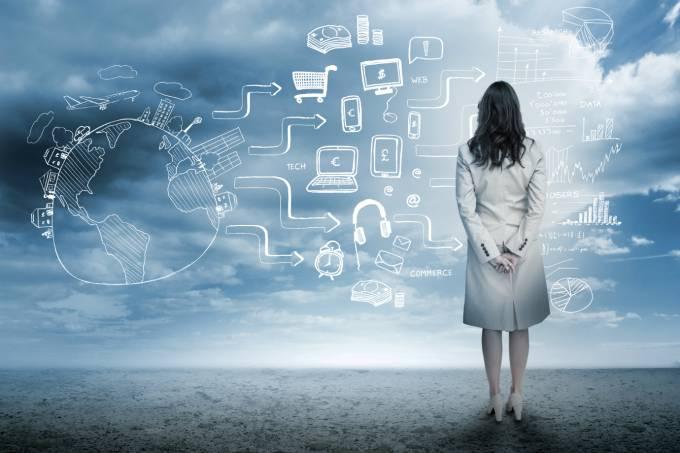Mulher olha para tecnologia: computadores, e-commerce, música online