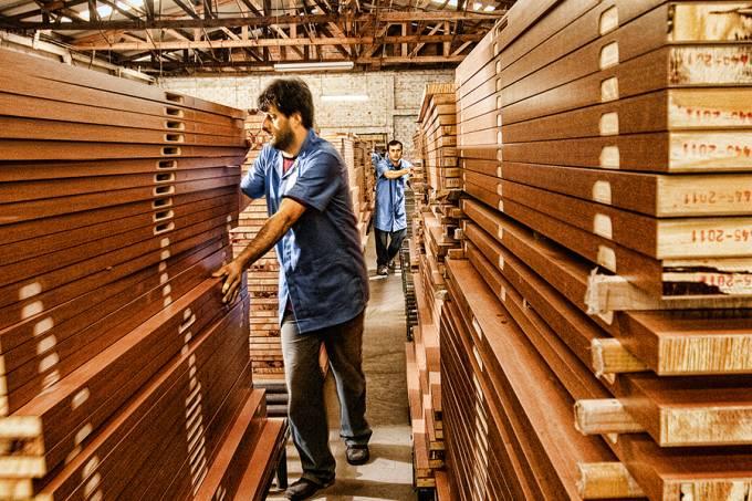 Linha de produção da Pormade – Portas de Madeira, de União da Vitória-PR.
