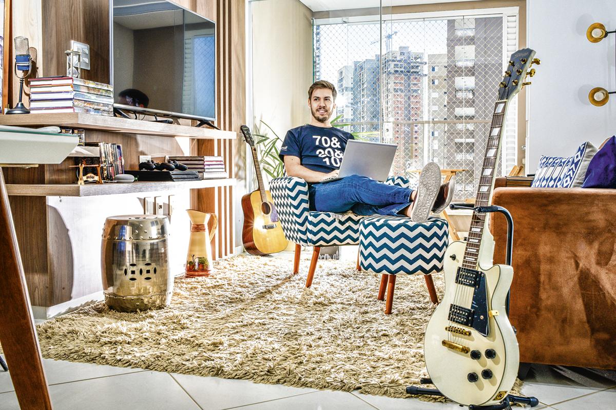 Bruno ferrante gerente de talentos da basf sentada na sua sala de home office