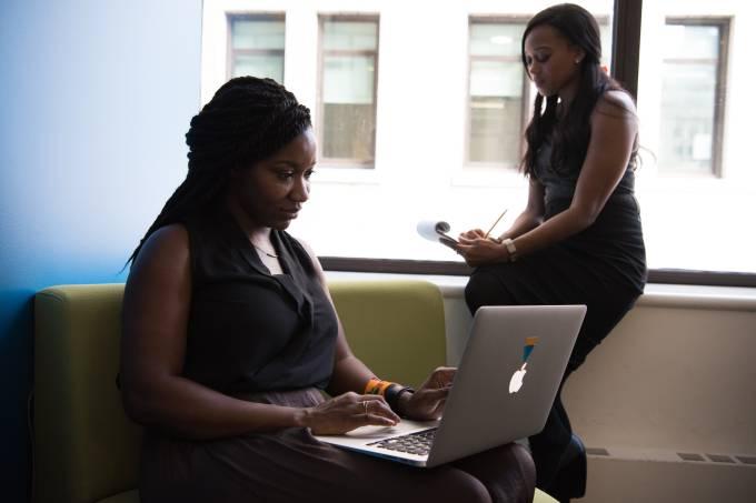 70% das empresas não priorizam o avanço das mulheres no trabalho