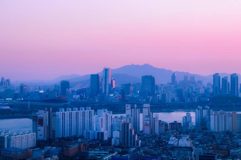 Desenhada como a primeira cidade inteligente do mundo, Songdo fica a 15 minutos do aeroporto internacional Incheon na Coreia do Sul. A pequena cidade tem todas as comodidades que se encontram em uma grande capital, mas com pilares sustentáveis.