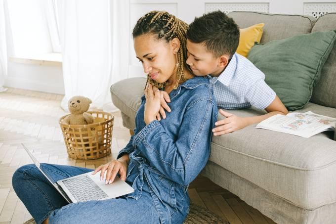 Os impactos da maternidade na vida e na carreira das mulheres