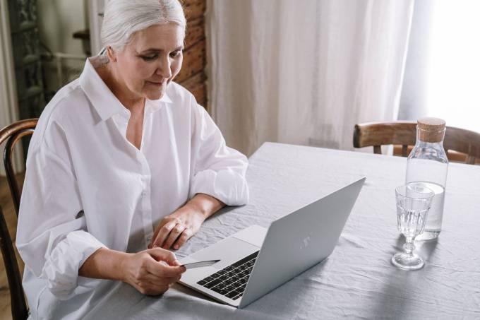 Mulher mexendo computador