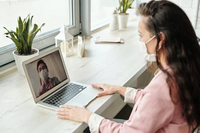 Pessoas conversando por videochamada